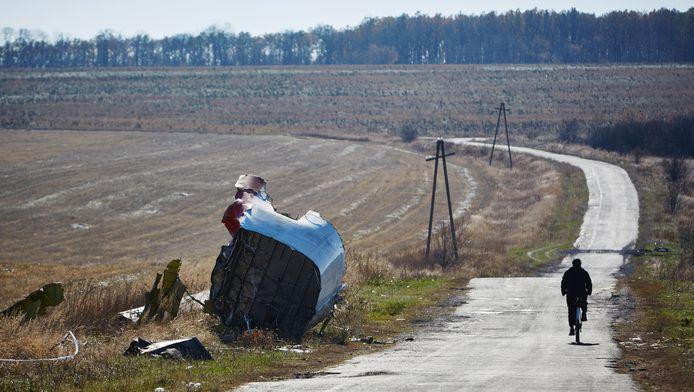 Onderdelen van de gecrashte vlucht MH17 van Malaysia Airlines in het oosten van Oekraïne vorig jaar oktober