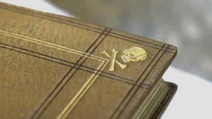"""Nieuw YouTube-programma van Canvas onderzoekt vreemde voorwerpen: """"Een boek met een cover van mensenhuid, dat bestaat"""""""