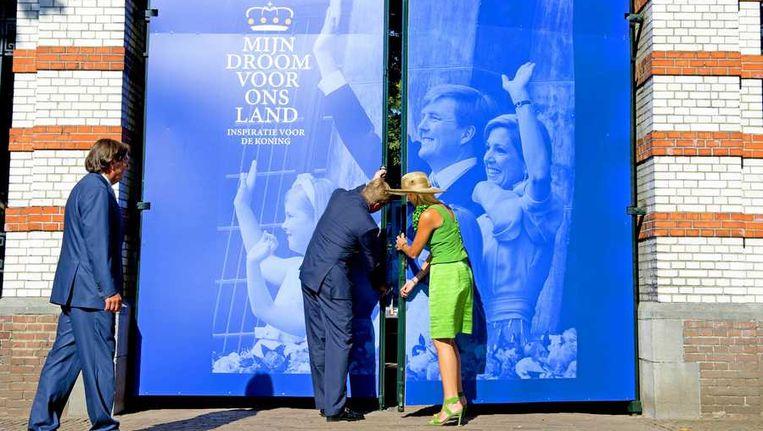 Koning Willem Alexander (L) en koningin Máxima bij de uitreiking van het eerste exemplaar van het Droomboek op Paleis Het Loo. Beeld anp