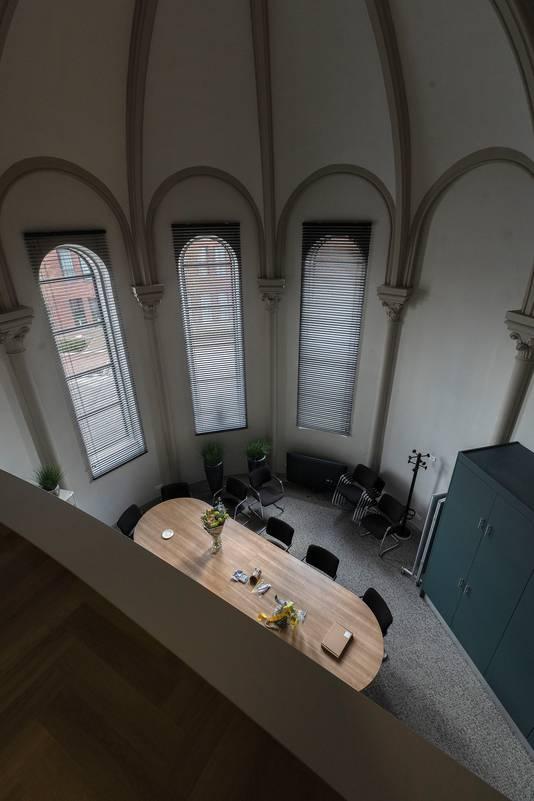 In de kapel is een nieuwe, 'losse' constructie met onder meer de wachtruimtes en behandelkamers gebouwd.