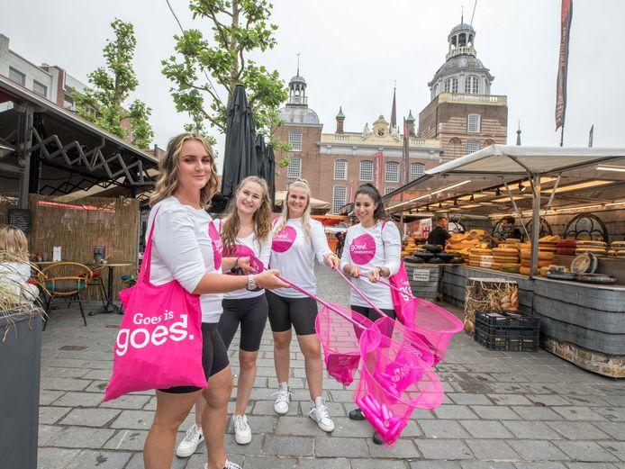 Een promotieteam van Goes Marketing deelde zaterdagmiddag op de Grote Markt flyers en lippenbalsem uit om het feestelijke nieuws van het binnenhalen van de Roze Zaterdag bekend te maken.