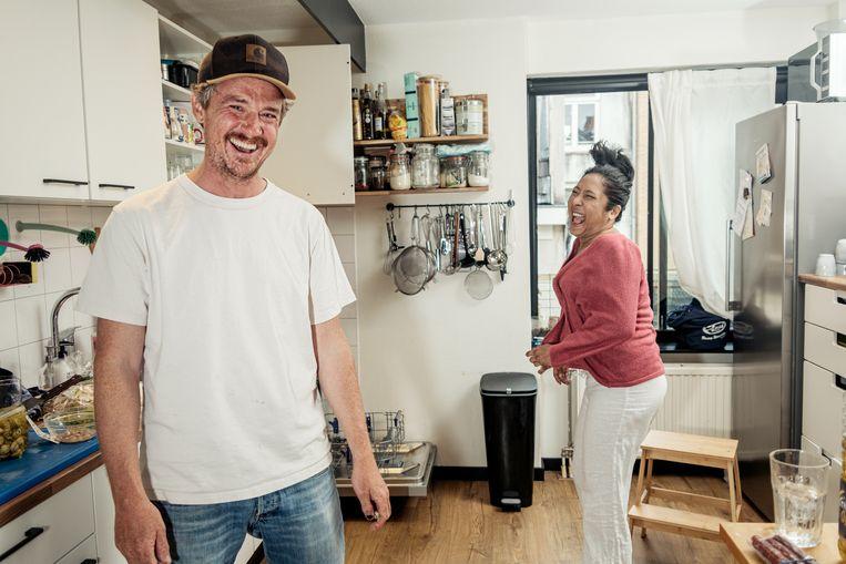 Gilles van der Loo maakt char kway teow met Charmaine Stoll. Beeld Jakob van Vliet