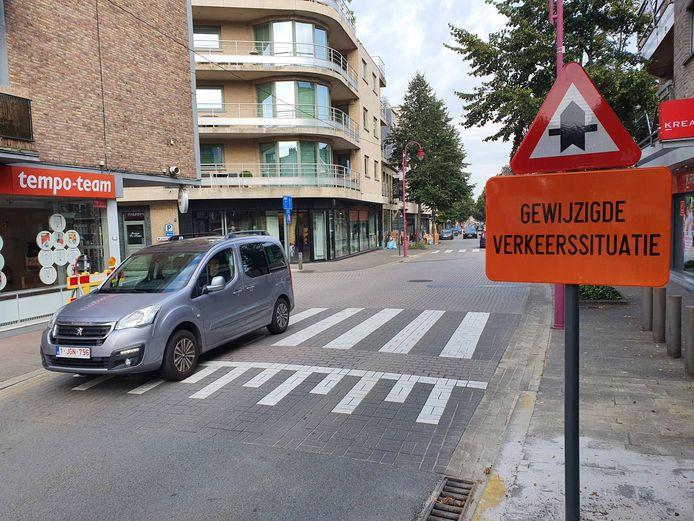 In de Stationsstraat in Aalter mag je aan het kruispunt met de Kouter nu weer gewoon rechtdoor rijden. Dat is de grootste verandering in het circulatieplan.