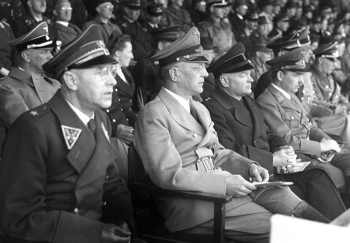 Foto ter illustratie. Van links naar rechts op de tribune: Generalfeldmarschall Fedor von Bock, Rijkscommissaris Seyss-Inquart, Ir. Mussert, Generalkommissar Schmidt.
