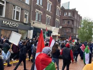 Ook in Eindhoven klinkt 'free free Palestina' door de straten. Politie begeleidt demonstranten door binnenstad