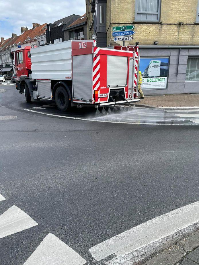 De brandweer kwam het oliespoor in de Ooststraat verwijderen met de tankwagen.
