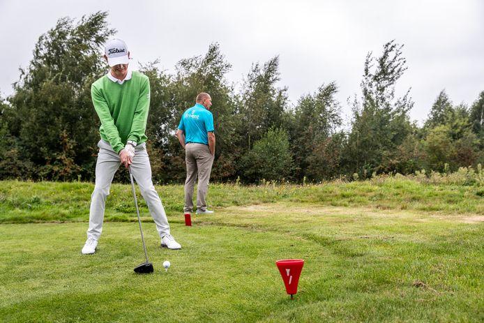 Ronald Boef is blind en wordt geholpen door zijn vader tijdens het golftoernooi in Bakel