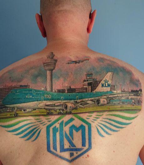 KLM-medewerker Dirco (52) houdt zo van zijn baan dat hij een enorme Schiphol-tattoo liet zetten