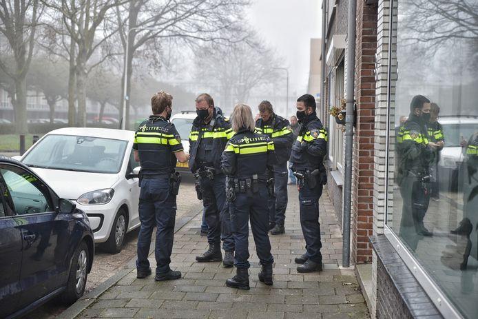 Agenten in touw in Tilburg.