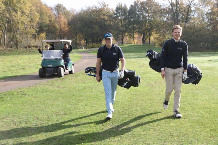 De studenten Jeroen Maessen (l) en Martijn Smits (r) golfen een marathon van 72 holes om geld op te halen voor hun stamkroeg Café LaRoute.