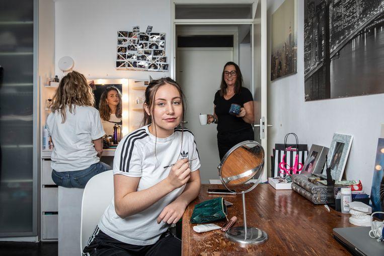 Jacintha Harjadi heeft Djinn Blonk (23, met witte shirt) tijdelijk in huis genomen. Beeld Dingena Mol