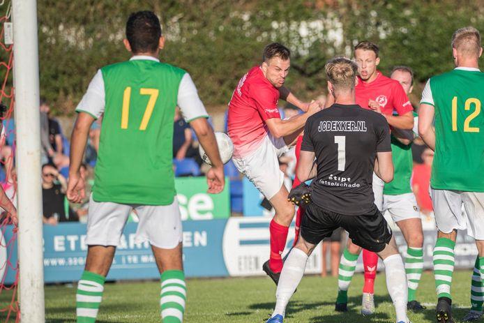 Goes-aanvoerder Ruben Hollemans (midden) tekent voor de 1-0. Kloetinge-doelman Mitchell Braafhart heeft de bal gemist, links Jarreau Manuhuwa (17) die later rood zou krijgen.