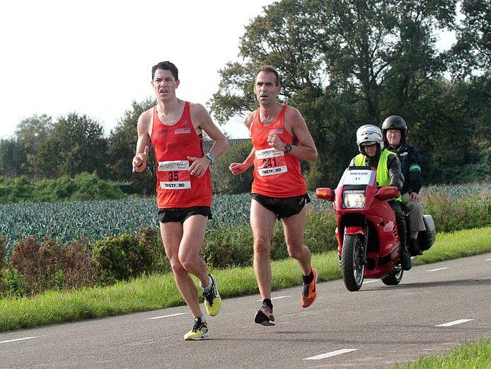 Latere winnaar Halve Marathon Ton Verbaandert (Nr 241) en de uiteindelijke tweede in de wedstrijd Harm Sengers (Nr. 35 links). Foto Gerard van Offeren/hetfotoburo