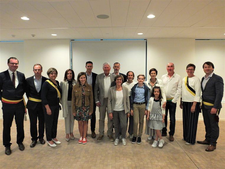 Luc en Marie-José met hun familie en het gemeentebestuur van Zulte.