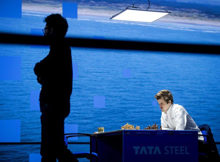 Magnus Carlsen tijdens het Tata Steel Chess Tournament in dorpshuis De Moriaan. Wereldkampioen Carlsen speelt tegen de nummer twee van der wereld, Fabiano Caruana. Beeld ANP