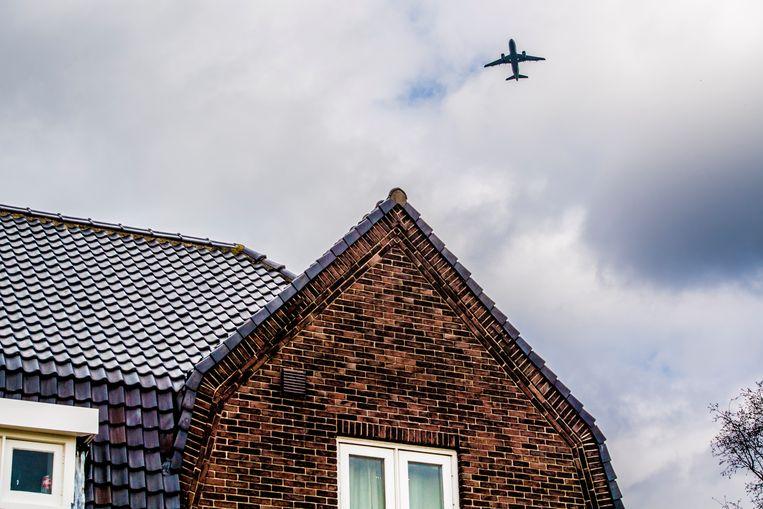 2018-04-03 12:19:03 SCHIPHOL - Een vliegtuig vliegt over een huis in de omgeving van Schiphol. ANP ROBIN UTRECHT Beeld ANP