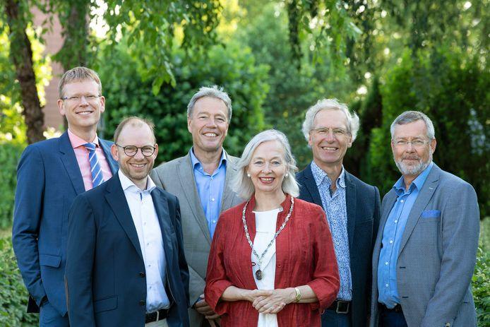 Het college van de gemeente Heumen met (van links naar rechts) gemeentesecretaris Dirk van Eeten, wethouder Maarten Schoenaker, wethouder Frank Eetgerink, burgemeester Marriët Mittendorff, wethouder Leo Bosland en wethouder René Waas.