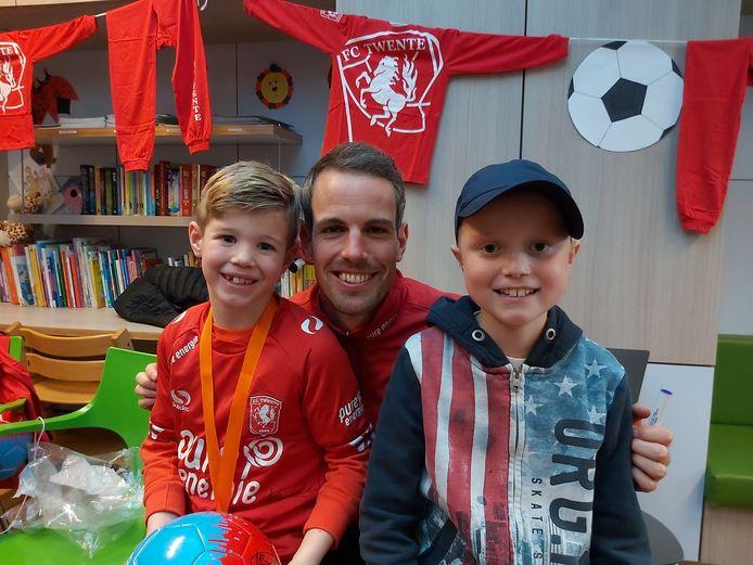 Gijs (links) en Wout Quik (rechts), op de foto met  Wout Brama, hun favoriete FC Twente-speler.