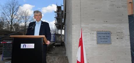 Oud-wethouder Van Hal onthult officieel eerste steen nieuwbouw Nieuwe Nobelaer