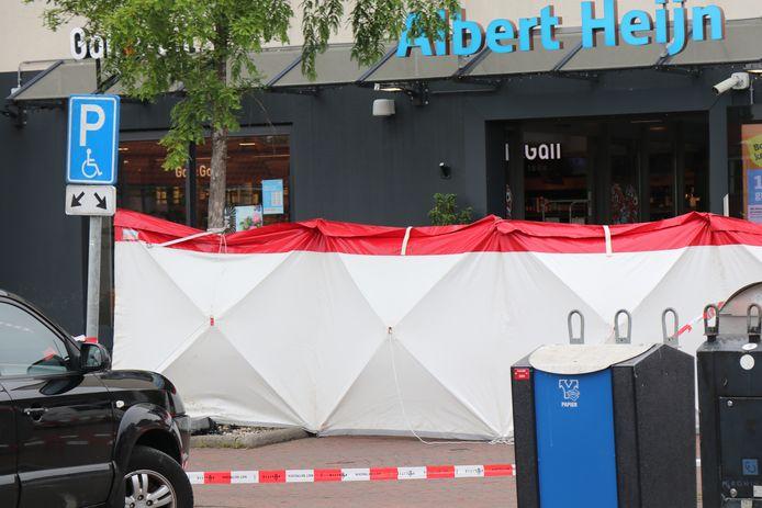 De politie heeft de hele zondagmiddag onderzoek gedaan in en om de Albert Heijn in Hoogkerk.