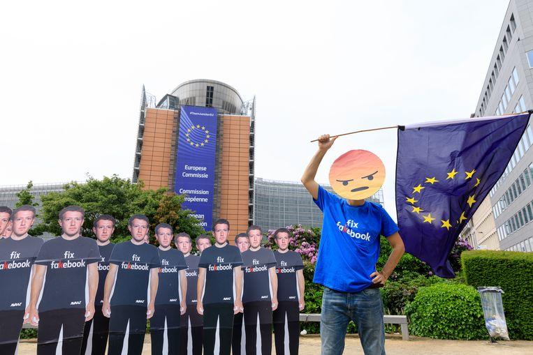 Een activist tijdens een anti-Facebookdemonstratie in 2018, voor het gebouw van de Europese Commissie in Brussel. Beeld Getty Images