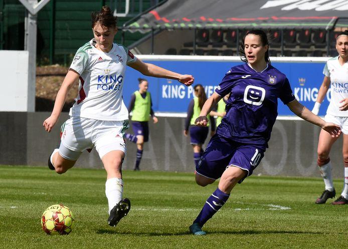 Stefania Vatafu (rechts) miste vanop de stip de kans om Anderlecht op voorsprong te brengen .