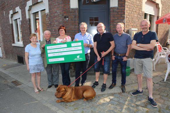 Vorig jaar bracht de hondenwandeling een mooie cheque op.