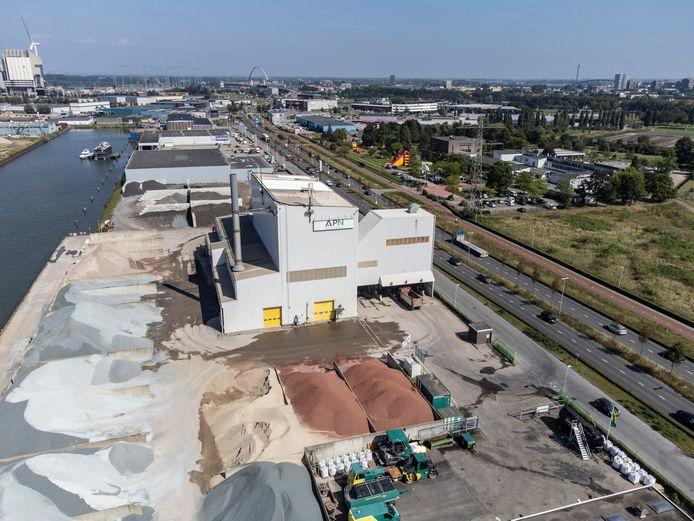 Asfaltbedrijf APN, onderdeel van Dura Vermeer. Rechts de Energieweg.