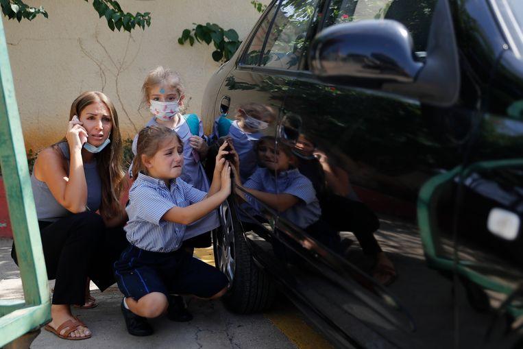 Libanezen moesten schuilen, veel ouders haalden hun kinderen snel op van school.  Beeld AP