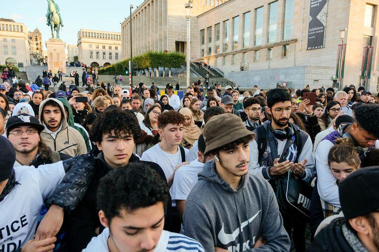mars voor Mehdi: vrienden en familie luisteren naar de toespraken van de broer, de moeder en de kleine zus
