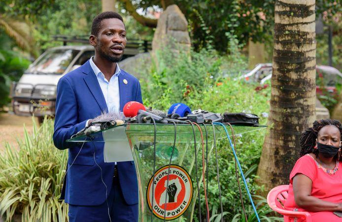 Presidentskandidaat Robert Kyagulanyi Ssentamu, bekend als reggaezanger Bobi Wine, tijdens een persconferentie op de verkiezingsdag.