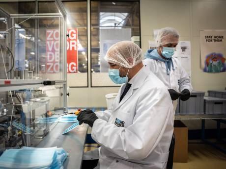 Arnhemse burgemeester helpt statushouders in gloednieuwe mondmaskerfabriek