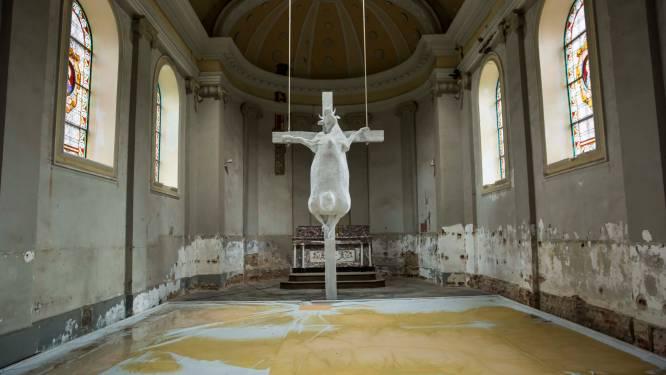 """Werkstraffen voor ultrakatholieken die kunstwerk van gekruisigde koe vandaliseren: """"Zinloze beschadigingen uit religieus fundamentalisme"""""""