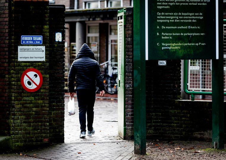 Asielzoekers gaan de poort van het azc in Weert binnen (2017). Beeld ANP