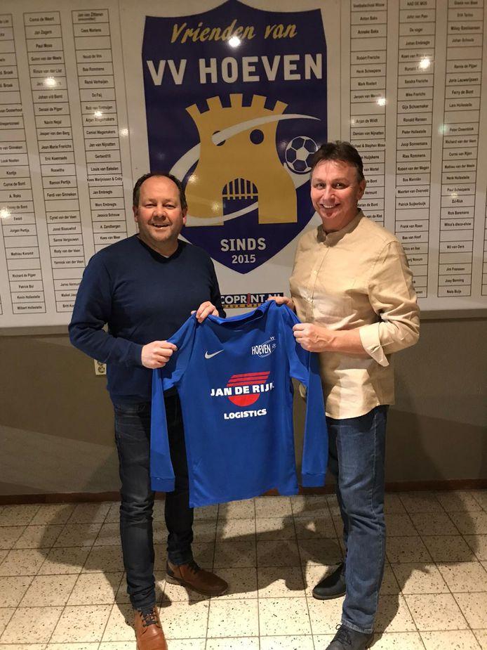 Links Hoeven-voorzitter Paul Moss, rechts de nieuwe trainer Gijs Smulders.