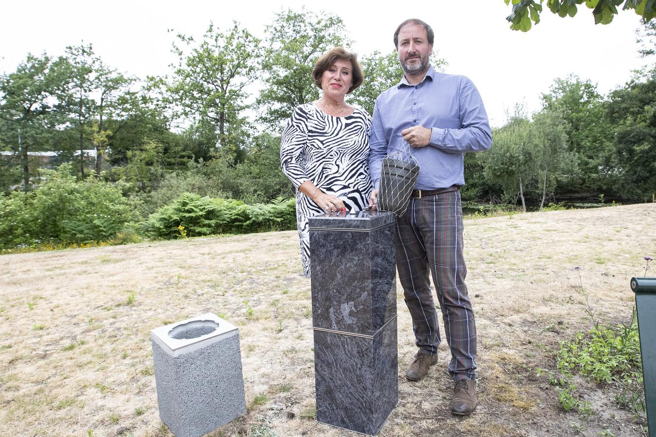 Rita Kofman en Stefan Leeder bij de urnenzuilen. Het betonnen exemplaar links is voor onder de grond.