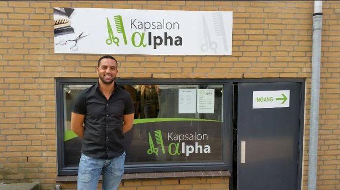 De gesloten Kapsalon Alpha in Papendrecht, met eigenaar Abdel Hammouchi ervoor.