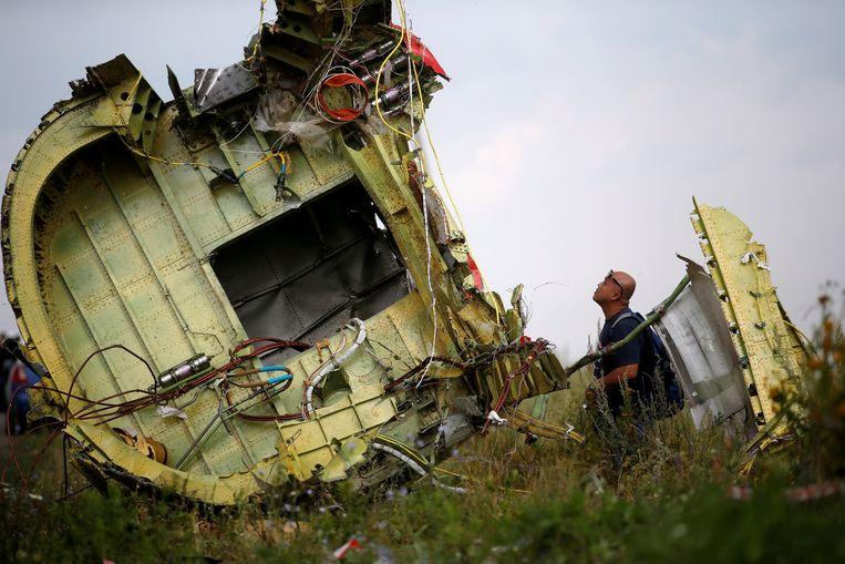 Een Maleisische onderzoeker bij het wrak van MH17, 22 juli 2014.  Beeld REUTERS