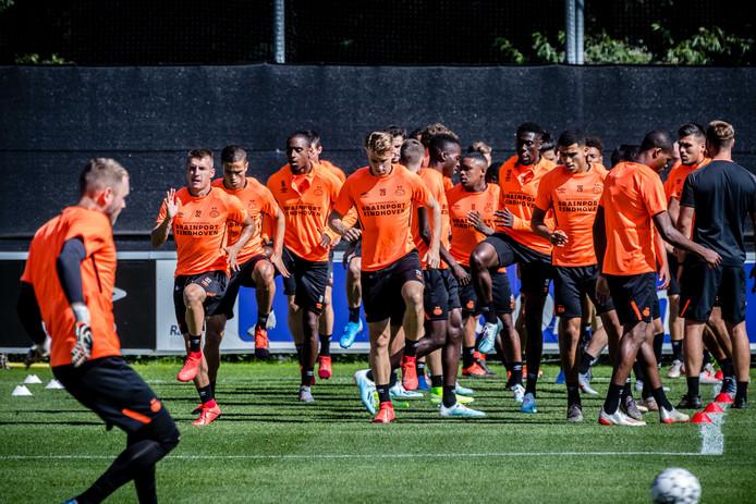 De selectie van PSV bereidde zich maandagmiddag voor op het treffen met FC Basel.