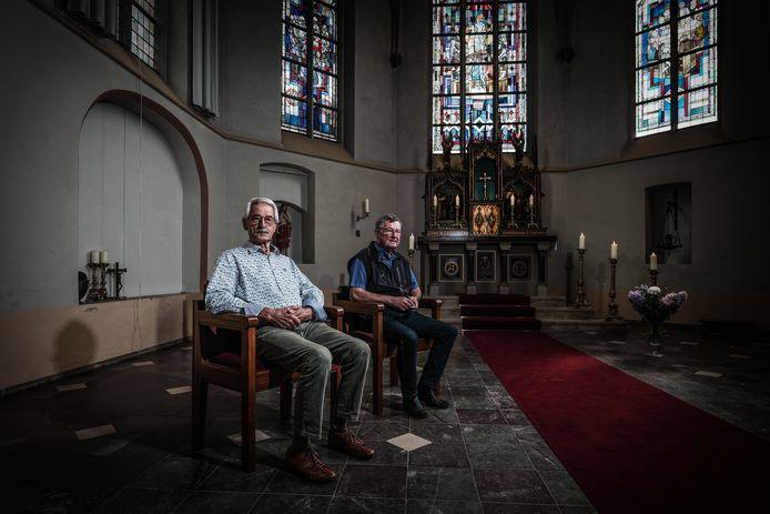 Henk Otten (links) en Xaf Hendriksen, zitten op 'Diemse' stoelen, met rechts de loper uit Braamt en op de achtergrond het tabernakel in het hoogaltaar uit Kilder.