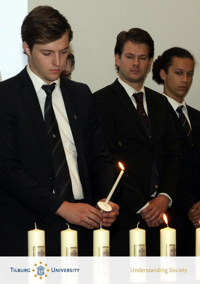 Studenten van St. Olof tijdens de herdenking op Tilburg University.