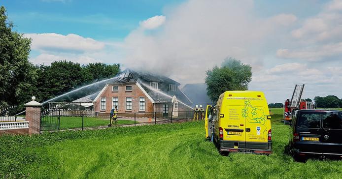Door de brand is flinke schade aan het dak ontstaan.