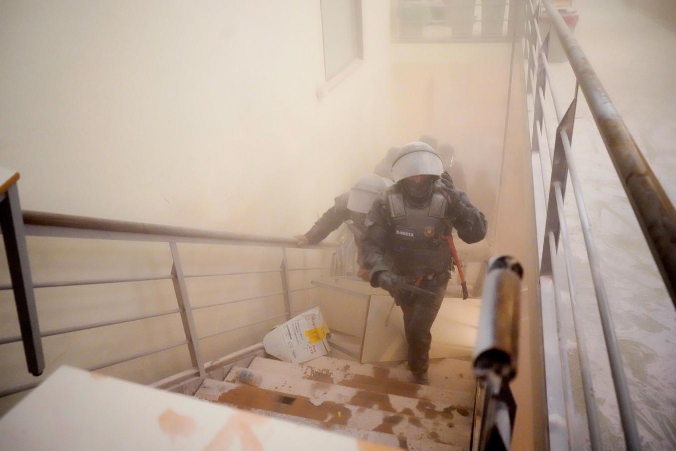 Fans van Hasel spoten brandblusapparaten leeg om de ordetroepen tegen te houden.