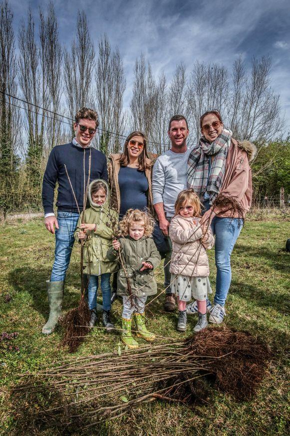 Lander Catry, werknemer bij Woodstoxx, had Anne-Laure Depoorter, Toon Deroo, Ellen Vandamme en Frederique, Laurette en Yanne meegebracht naar de plantactie.