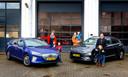 Marleen van Luik en de kinderen Steef en Raaf met de Hyundai Ioniq Electric (links) en René Groeneveld met zijn vrouw Annemarie en kinderen bij de Hyundai Kona Electric. Als gasttesters van onze autoredactie testten zij deze elektrisch auto's een half jaar lang