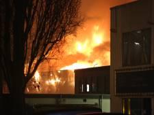 Brandweer waarschuwt voor stankoverlast door nablussen van grote brand Zoetermeer