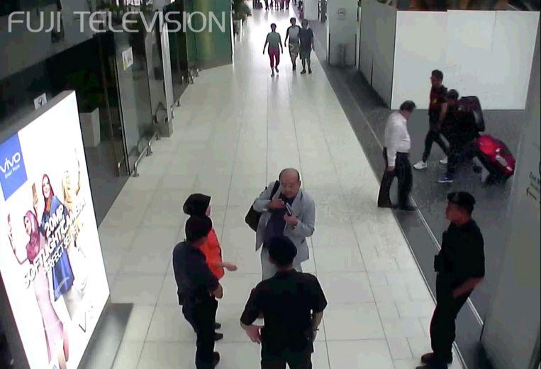 Op camerabeelden is te zien hoe Kim Jong-nam veiligheidsmensen aanspreekt op de luchthaven van Kuala Lumpur, nadat hij aangevallen werd. Beeld AP
