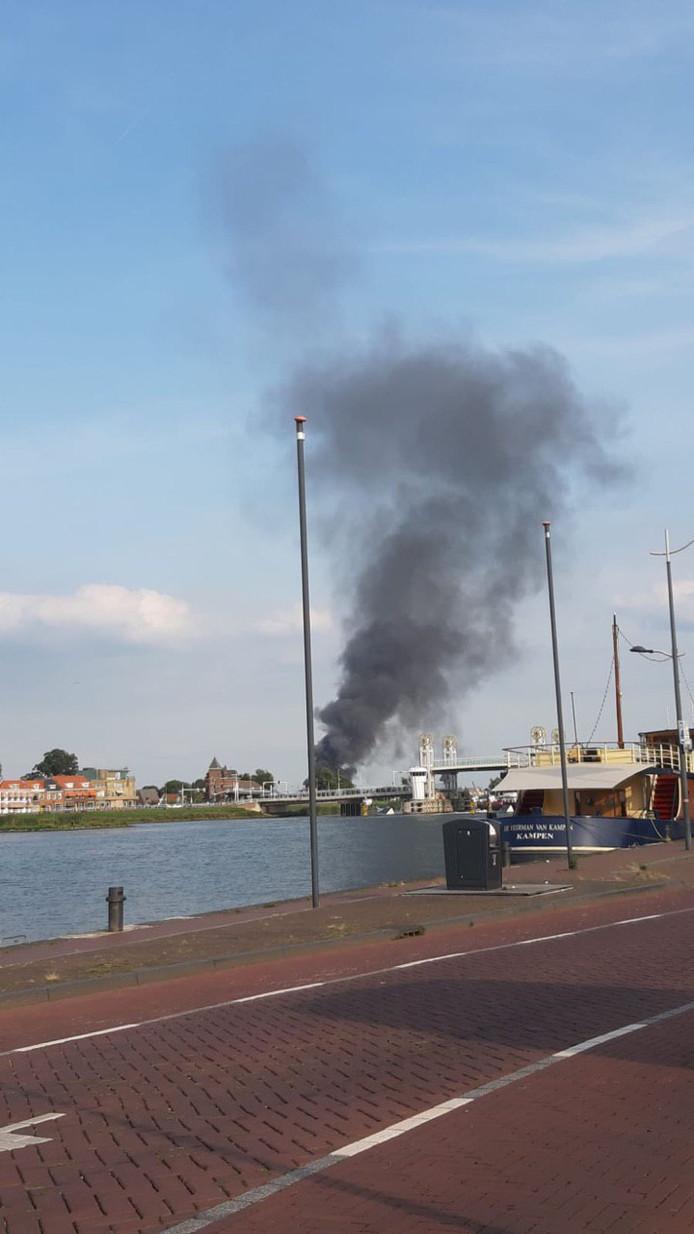 De brand in IJsselmuiden is ook vanuit Kampen te zien.