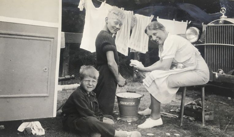 Ernst (staand) op een kampeervakantie Schouwen (1936) Beeld
