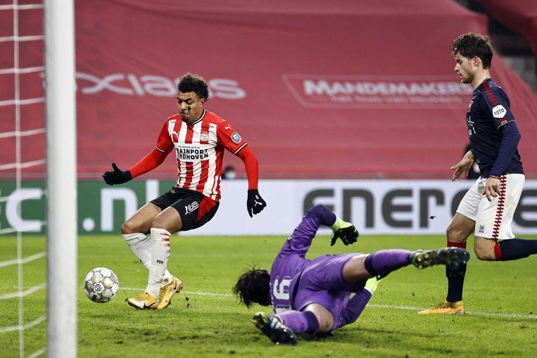 Donyell Malen van PSV scoort de 1-0 tegen FC Twente.  Beeld ANP